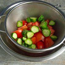 Нарезаем огурцы и добавляем к помидорам