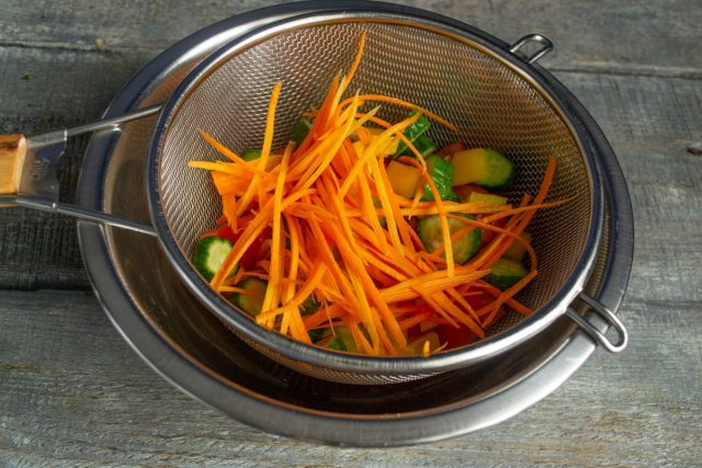 Нарезаем морковку соломкой, добавляем к остальным овощам