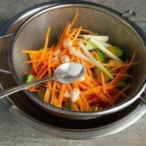 Посыпаем овощи солью и сахаром, перемешиваем