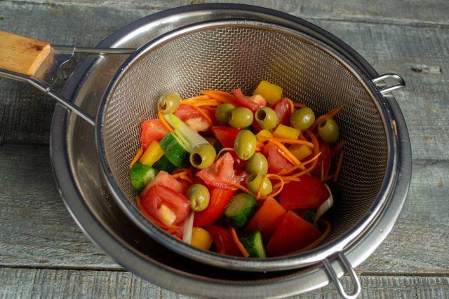 Добавляем к овощам зелёные оливки без косточек