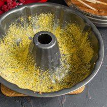 Смазываем форму мягким сливочным маслом, посыпаем кукурузной крупой