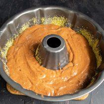 В тесто добавляем примерно 1\3 малины, перемешиваем и выкладываем в форму