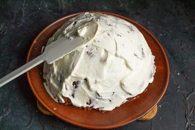 Смазываем оставшимся сметанным кремом верх торта