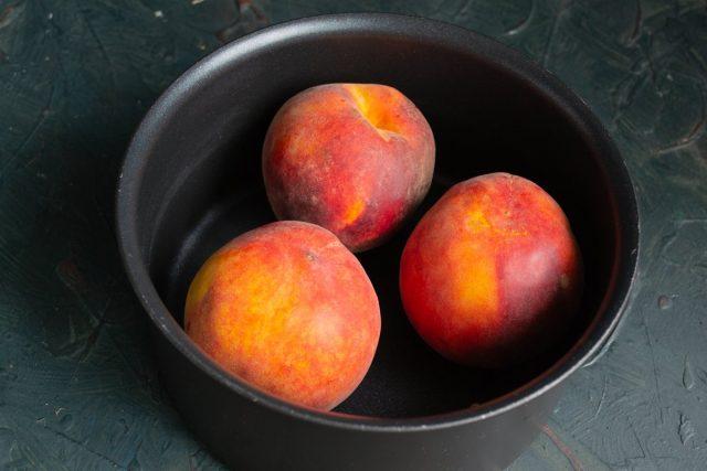 В кипящую воду кладём персики на 1 минуту