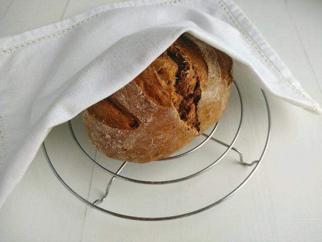 Остужаем готовый хлеб под полотенцем