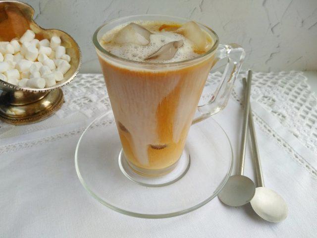 Завершаем приготовление добавлением миндального молока