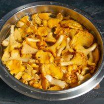 Заливаем грибы прохладной водой и оставляем на 20-30 минут