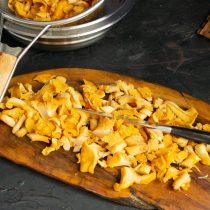 Крупные грибы нарезаем