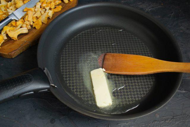 В сковороду наливаем растительное масло и добавляем сливочное, нагреваем