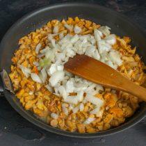 Режем сладкий лук мелко и добавляем к грибам примерно через 10 минут