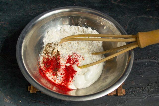 Смешиваем сметану, муку, паприку, соль и черный перец