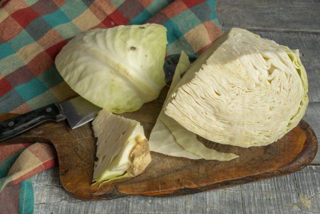Разрезаем вилок капусты, вырезаем кочерыжку, снимаем поврежденные листья