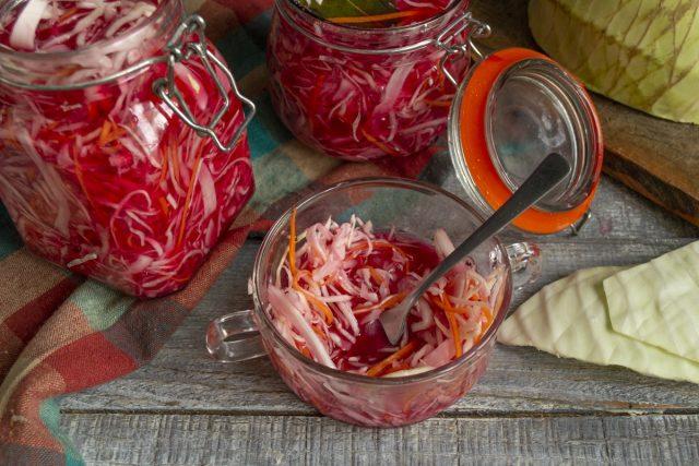 Быстрая маринованная капуста для салатов готова