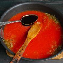 Наливаем вустерский соус, увариваем на небольшом огне