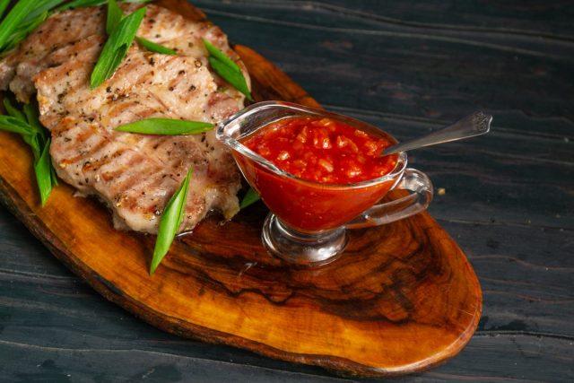 Жарим стейки и подаём с домашним соусом барбекю