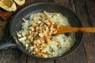 Добавляем нарезанную мякоть баклажана в сковороду, солим, готовим 10 минут