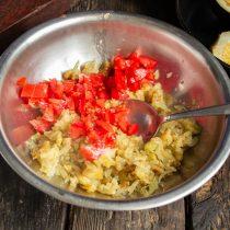 Добавляем нарезанный помидор