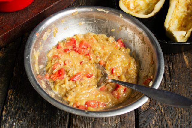 Перемешиваем начинку, солим и перчим. Половинки баклажанов поливаем оливковым маслом и наполняем начинкой