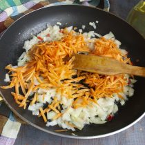 Добавляем тёртую морковку