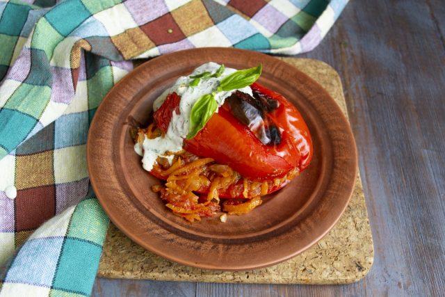 Фаршированный перец с овощным фаршем по-мексикански готов