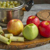 Из яблок вырезаем сердцевины