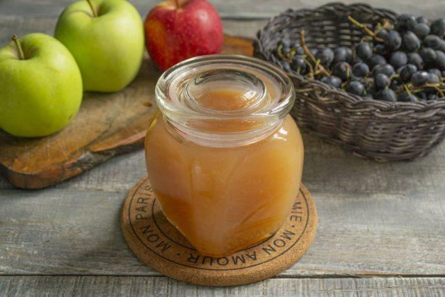 Переливаем кипящее желе из винограда с яблоками в подготовленную банку и закрываем