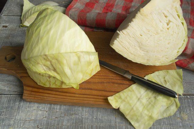Разрезаем вилок капусты на 4 части, вырезаем кочерыжку, срезаем уплотнения с листьев