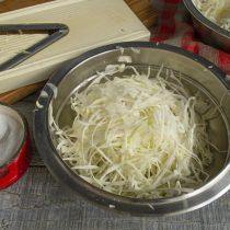 Пересыпаем нарезанную капусту солью, разминаем и перетираем