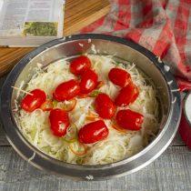 Прокалываем помидоры зубочисткой и добавляем к остальным ингредиентам