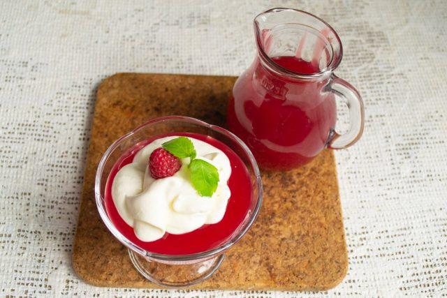 Выкладываем в креманку на готовый малиновый кисель порцию взбитых сливок