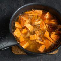 Наливаем овощной бульон, доводим суп до кипения и варим на умеренном огне 30 минут