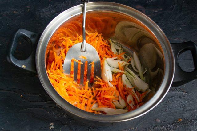 Кладём в разогретое масло сначала лук, через полминуты чеснок, затем добавляем тёртую морковку
