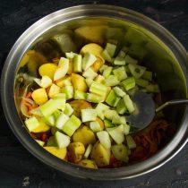 Нарезанный кабачок добавляем к остальным ингредиентам