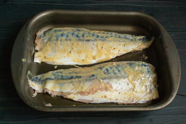 Выкладываем филе на смазанную форму и отправляем в разогретую духовку