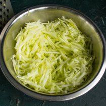 Почищенный кабачок Плотную мякоть натираем на крупной тёрке или измельчаем в кухонном комбайне