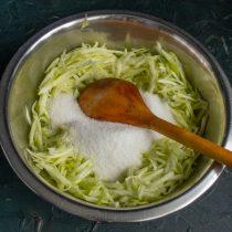 Смешиваем тёртые овощи с сахарным песком, насыпаем щепотку соли