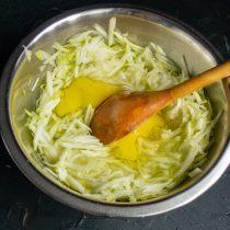 Разбиваем куриные яйца, перемешиваем ингредиенты