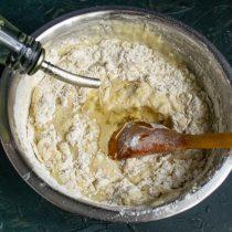 Добавляем растительное масло и быстро замешиваем тесто