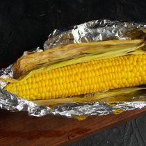 Заворачиваем кукурузу с листьями в фольгу, отправляем запекаться