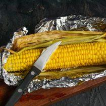 Разворачиваем фольгу и смазываем готовую кукурузу сливочным маслом