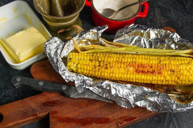 Сочная кукуруза в духовке в фольге с маслом готова