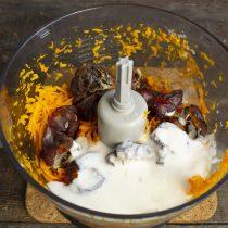Наливаем в чашу несладкий йогурт или кефир, солим