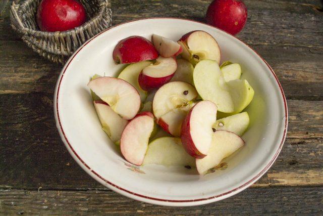 Кладём нарезанные яблоки в кастрюлю и наливаем немного воды
