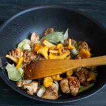 Кладём лавровые листики, черный перец и лисички
