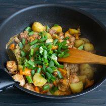 Готовим картофель, добавляем специи и зелень