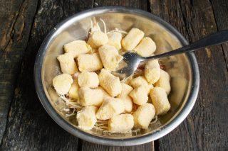 Кладём размороженные картофельные клёцки