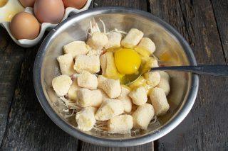 Разбиваем в тесто свежие куриные яйца