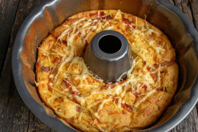 Быстрый пирог с ветчиной и картофельными клёцками готов
