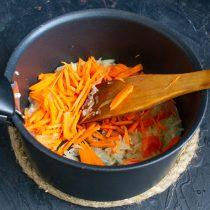 Добавляем нарезанную морковь
