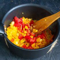 Добавляем нарезанный перец и помидоры